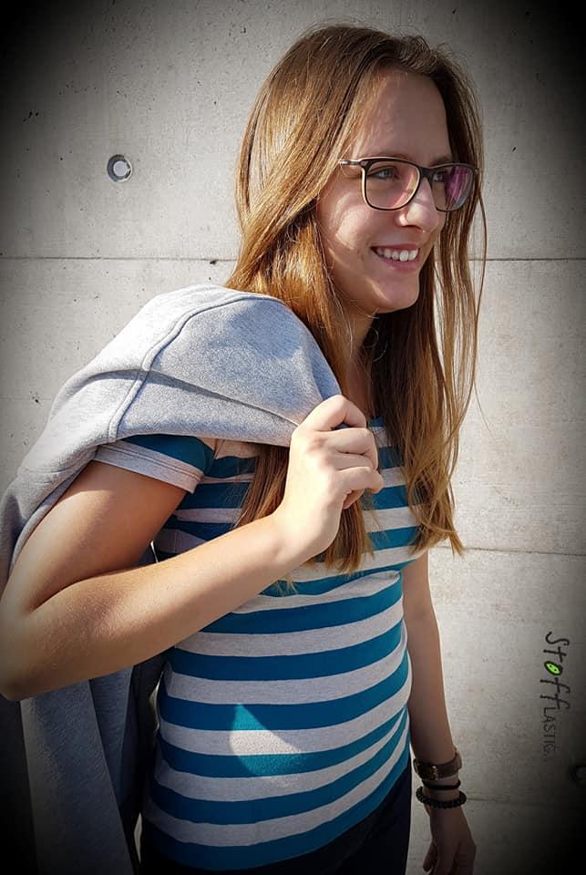 Vanessa mit Basicshirt von Fadenkäfer